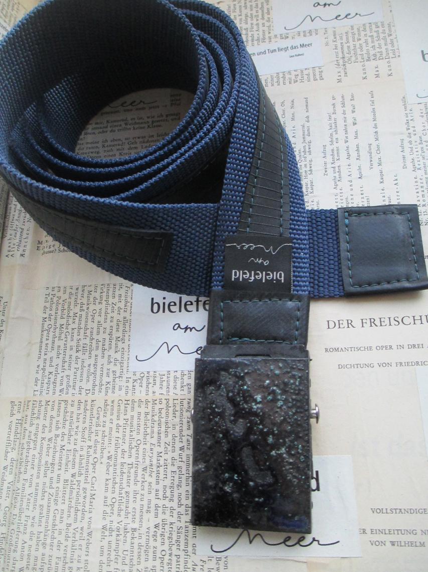 Koppelgürtel mit emaillierter Schliesse und aufgestepptem Fahrradschlauch in komfortabler Länge